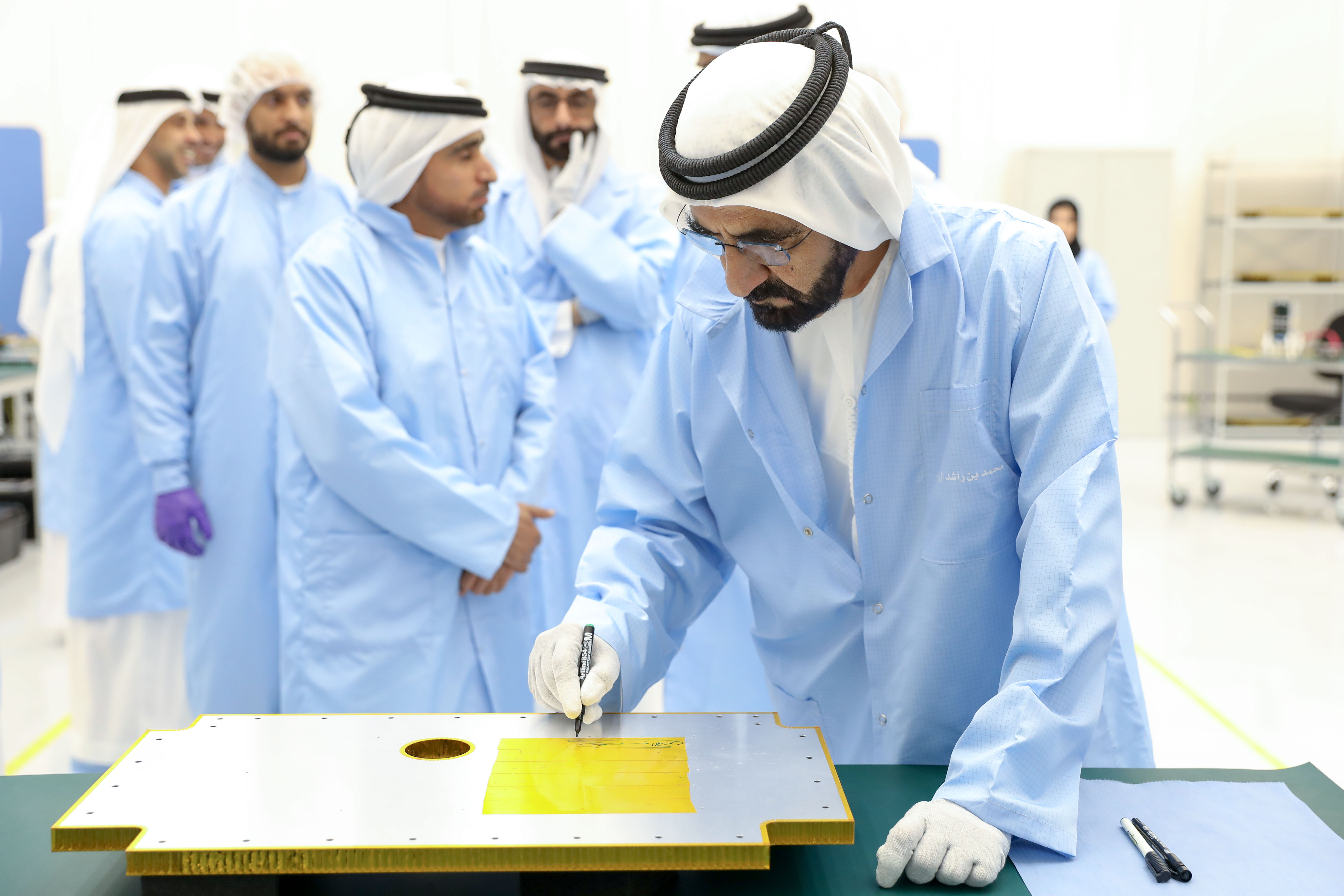 """حمدان بن محمد: """"خليفة سات"""" يُشكل خطوة مهمة لترسيخ مكانة الإمارات كدولة رائدة في مجال علوم الفضاء"""""""