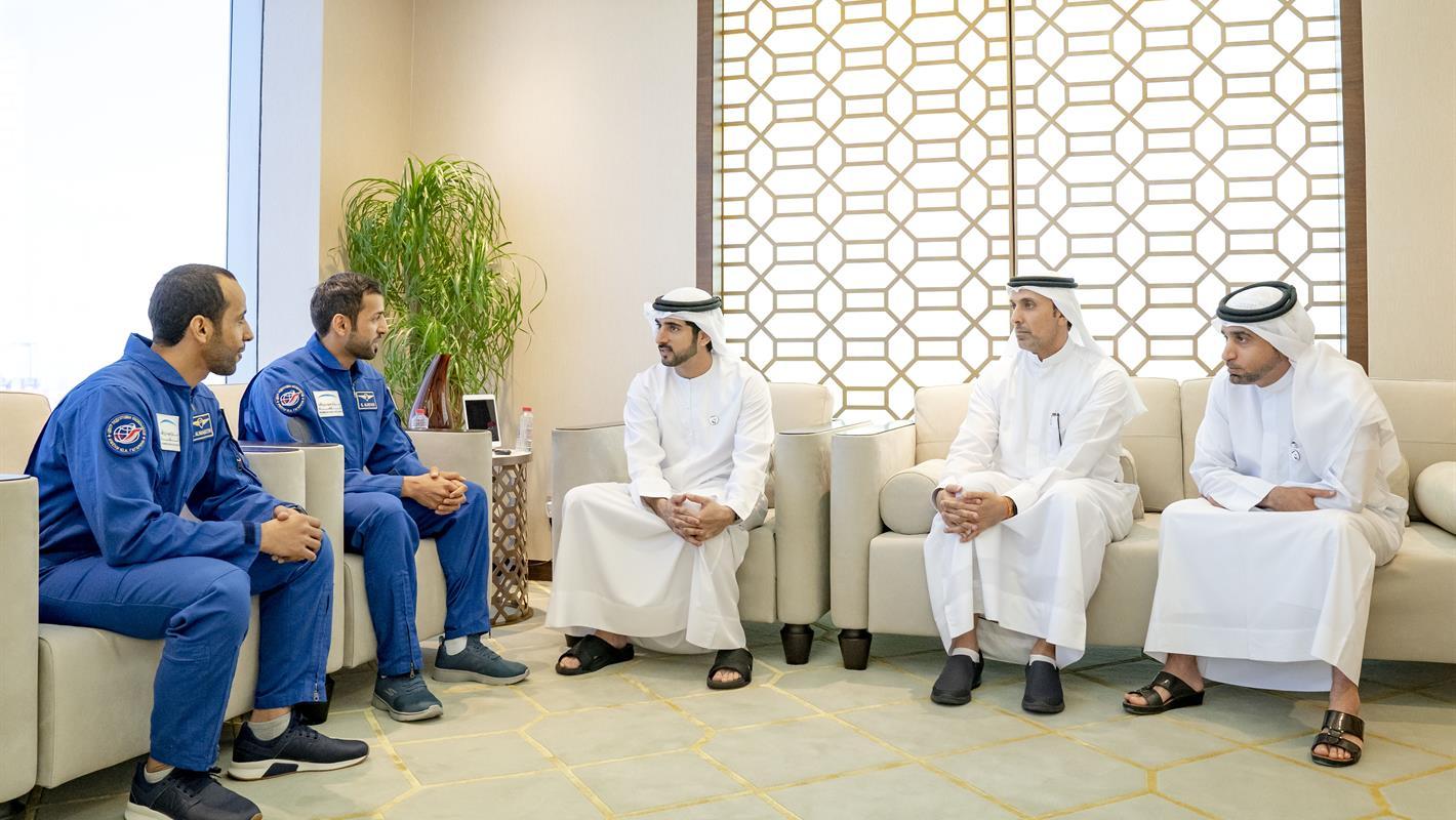 حمدان بن محمد بن راشد يلتقي أول رائدي فضاء إماراتيين
