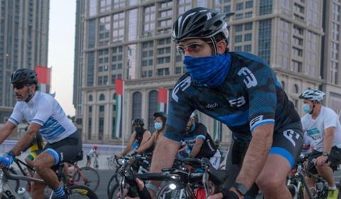 """حمدان بن محمد يتقدَّم أكثر من 20 ألف مشارك في """"تحدي دبي للدراجات الهوائية"""""""