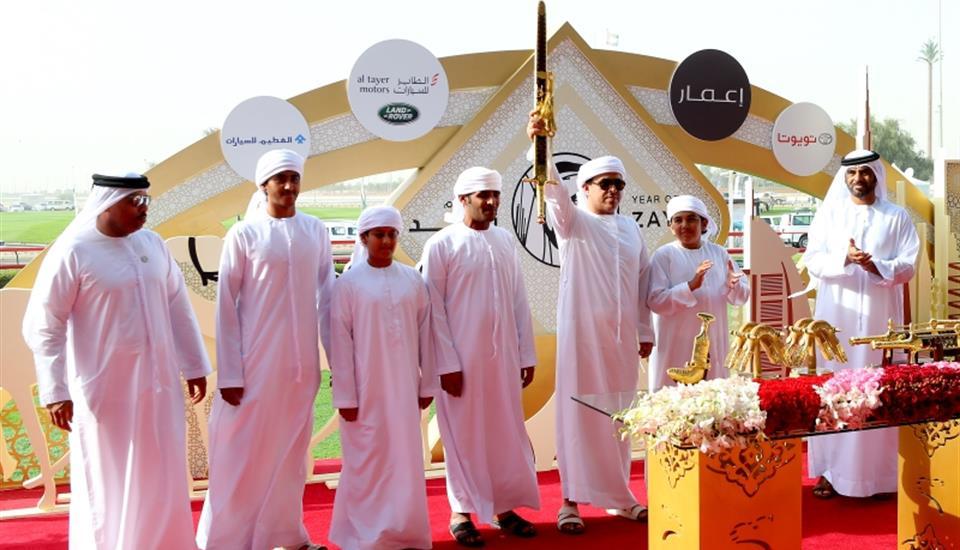 حمدان بن محمد يشهد المنافسات المسائية لمهرجان الهجن بالمرموم