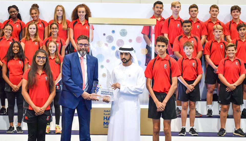 """ولي عهد دبي يسلّم """"وسام حمدان بن محمد للمدارس التعليمية الرياضية"""" لمدرسة """"كلية دبي للتخاطب بالإنجليزية"""""""
