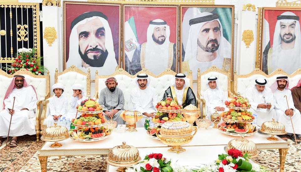 ولي عهد دبي يشارك قبيلة الكتبي أفراحها