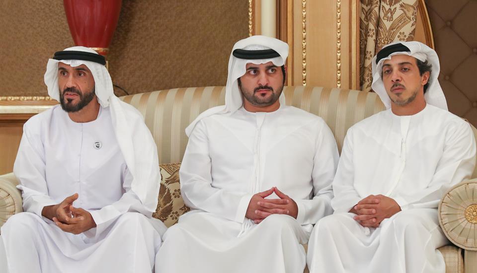 محمد بن زايد والشيوخ يقدمون واجب العزاء إلى حمدان بن محمد في وفاة منصور بن أحمد بن علي آل ثاني