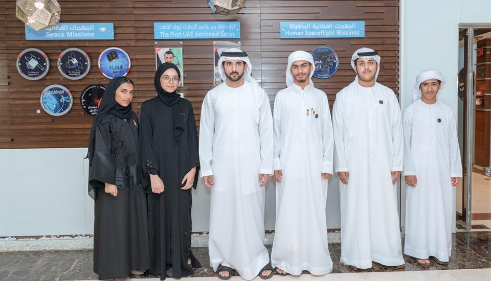 """حمدان بن محمد يستقبل فريق الإمارات المشارك في بطولة العالم للروبوتات والذكاء الاصطناعي """"فيرست غلوبال"""""""
