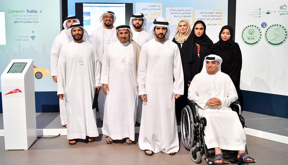 """ولي عهد دبي يسلم """"راية برنامج حمدان بن محمد للحكومة الذكية"""" لاقتصادية دبي"""