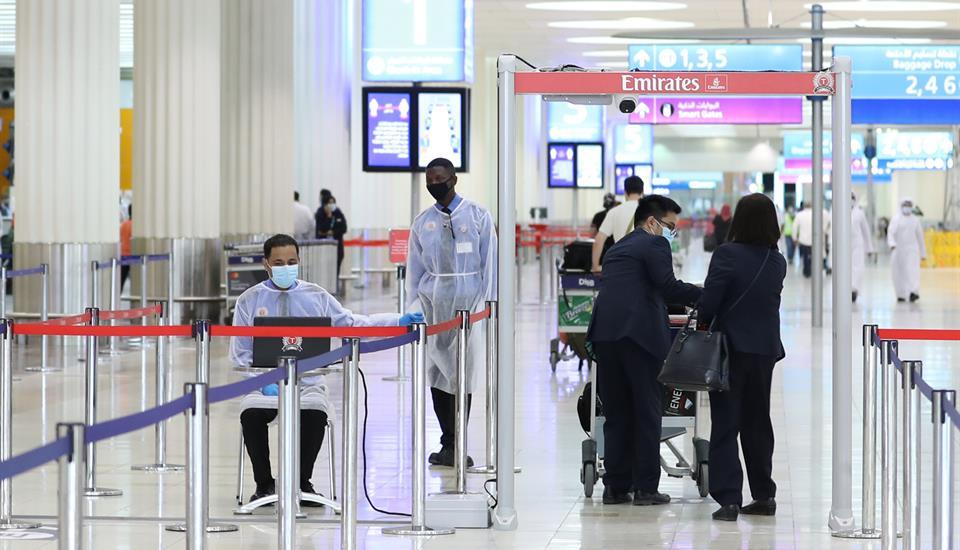 حمدان بن محمد يتفقد استعدادات عودة السياحة في مطار دبي الدولي