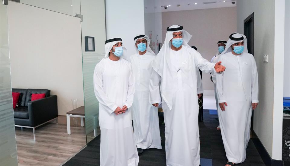 ولي عهد دبي يزور مركز دبي للاحصاء بعد حصوله على المركز الأول ضمن مؤشر سعادة الموظفين للعام الثامن