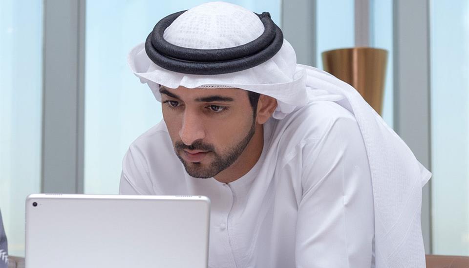 حمدان بن محمد يعتمد نظام العمل عن بُعد في حكومة دبي