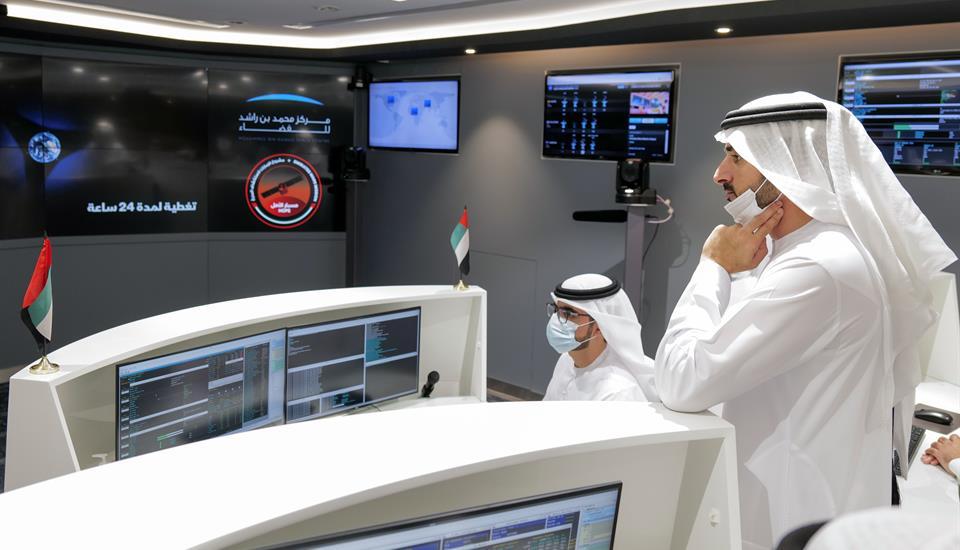 حمدان بن محمد يتفقّد آخر الاستعدادات لوصول مسبار الأمل إلى المريخ